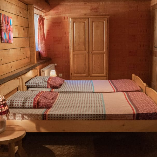 """Dortoir """"Les Jonquilles"""" : deux lits simples de profil"""
