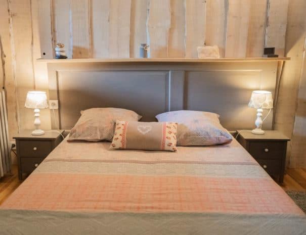 """Chambre d'hôtes """"Les Violettes"""" : gros plan sur le lit"""