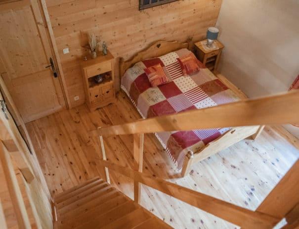 """Chambre d'hôtes """"Les Épilobes"""" : vue du lit double depuis la mezzanine"""
