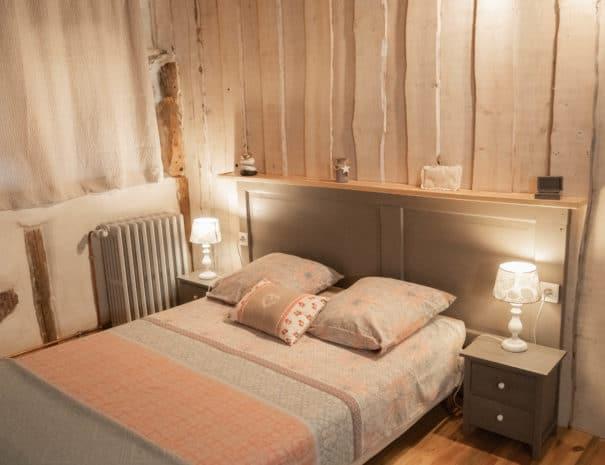 photo du lit double - chambre d'hôtes - les violettes