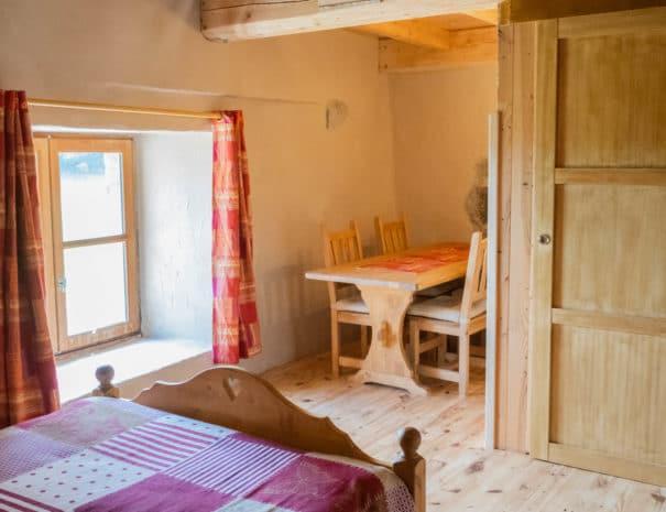 """Chambre d'hôtes """"Les Épilobes"""" : sur la fenêtre et la table en bois de la chambre"""