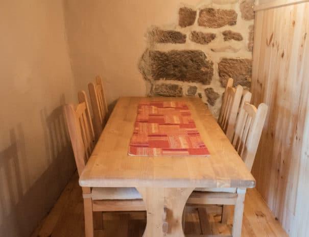 """Chambre d'hôtes """"Les Épilobes"""" : gros plan sur la table en bois"""