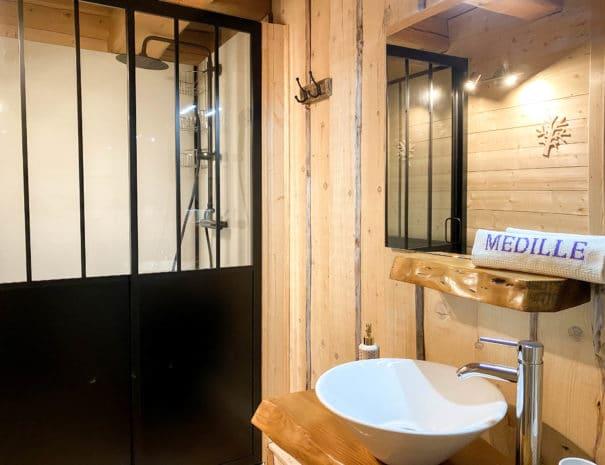"""Chambre d'hôtes """"Les Violettes"""" : cabine de douche dans la salle d'eau"""