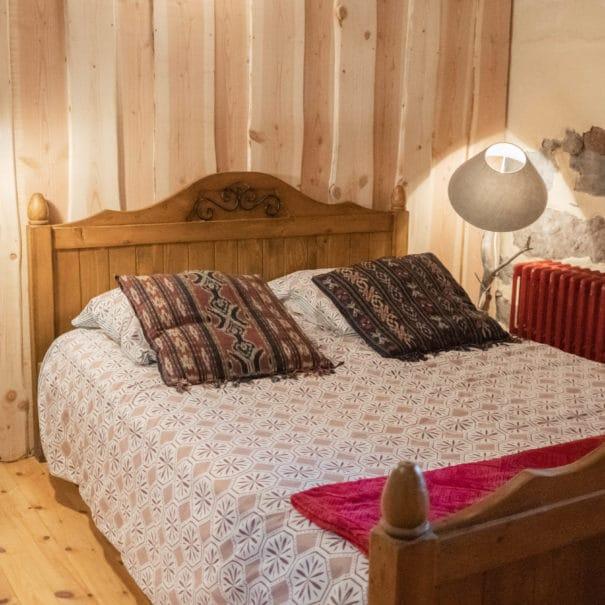 """Présentation du lit double dans la chambre d'hôtes """"Les Buyères"""""""