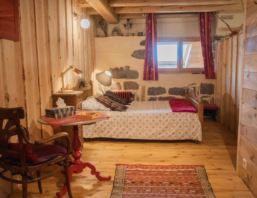 """Chambre d'hôtes """"Les Buyères"""" lit double vu de profil"""