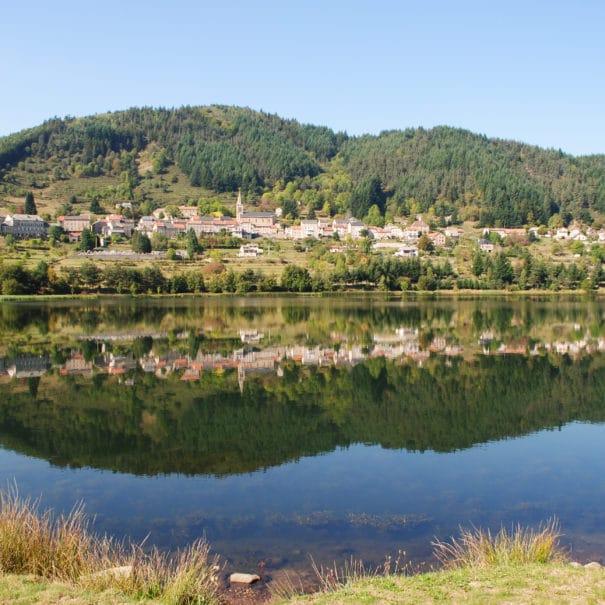 Vue sur le lac et le village de Saint-Martial