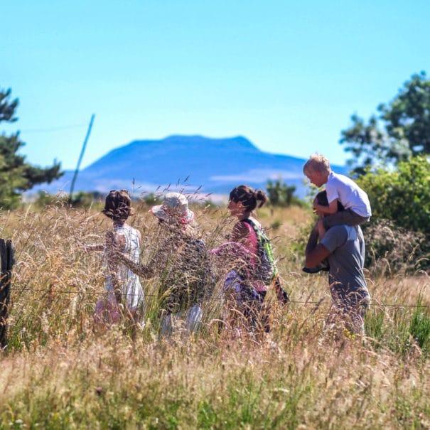 Famille qui randonne au pied du Mont Mézenc
