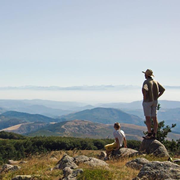 Famille scrutant l'horizon depuis le sommet du Mont Mézenc