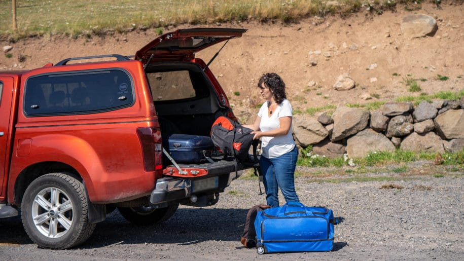 Chargement des bagages des clients dans notre voiture qui assure le transfert